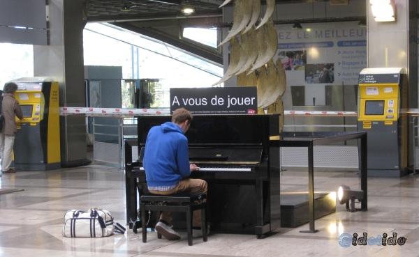 """Opération SNCF : des pianos disponibles en libre service dans les gares avec une pancarte """"A vous de jouer"""""""