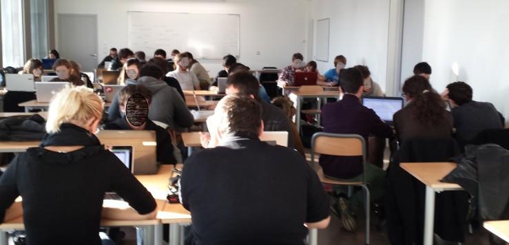 les élèves d'IUT studieux en classe